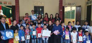 Hình ảnh những gói hàng cứu trợ đến tay học sinh tại Nghệ An